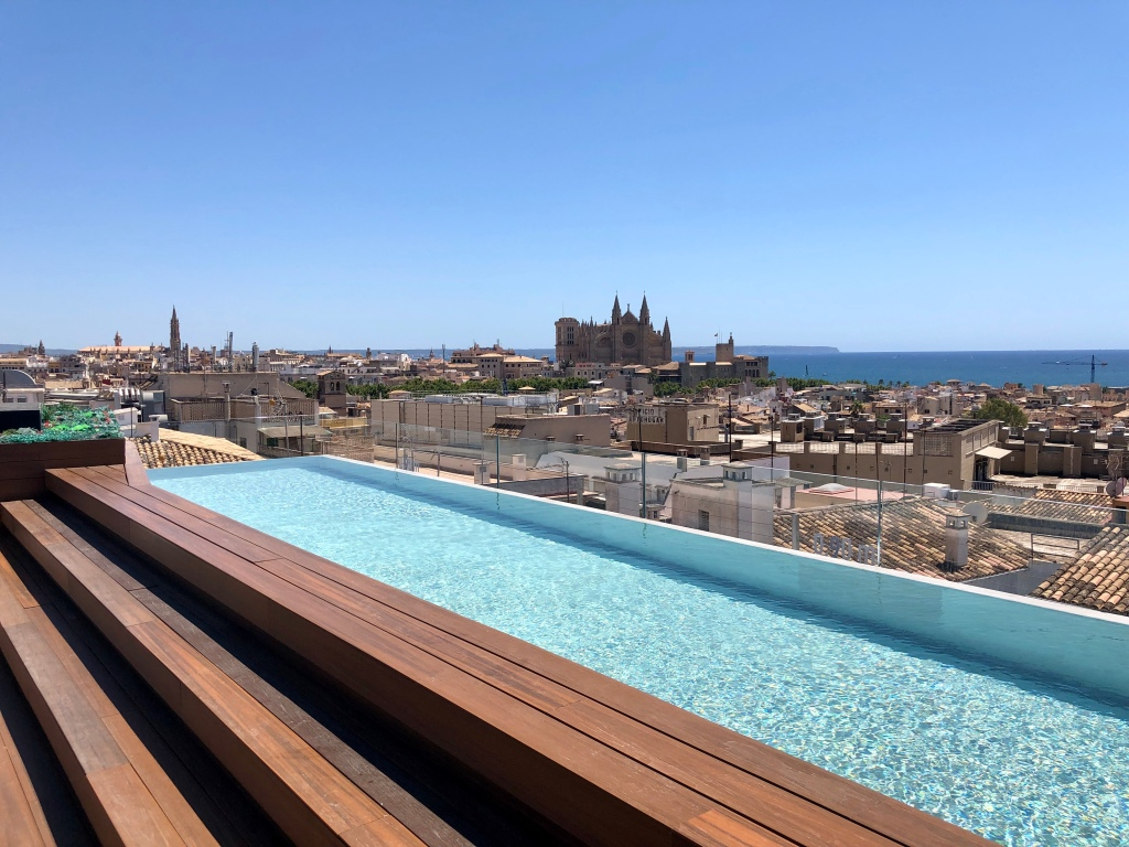 Nakar Hotel rooftop pool
