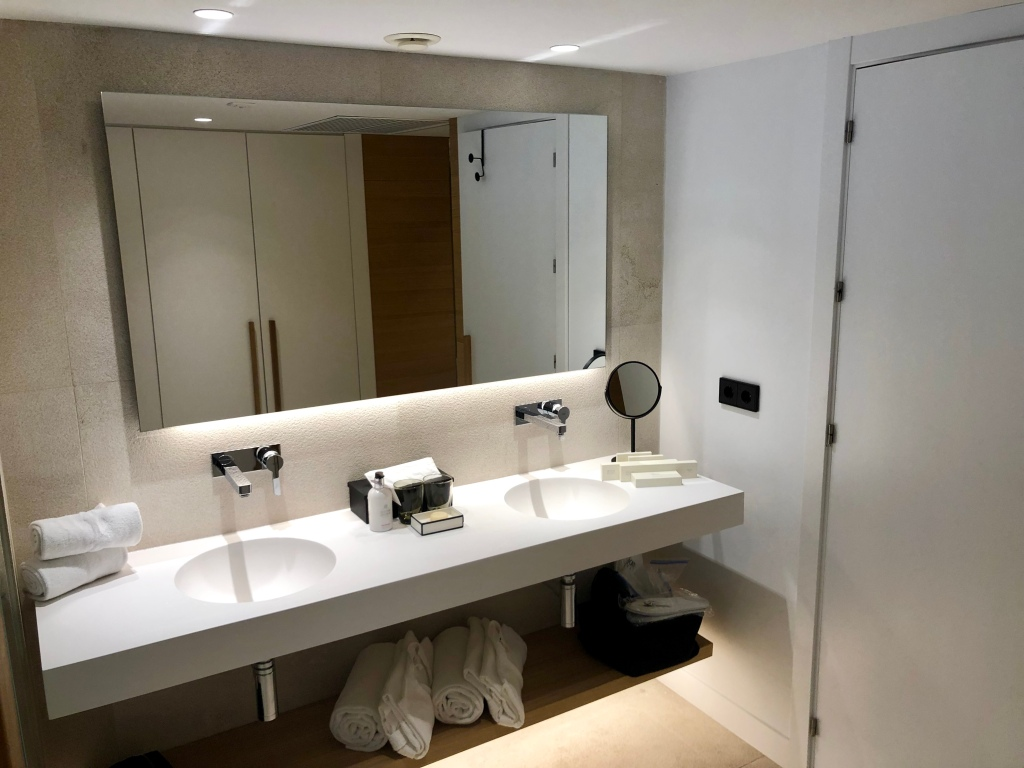 Nakar Hotel superior room bathroom double sinks