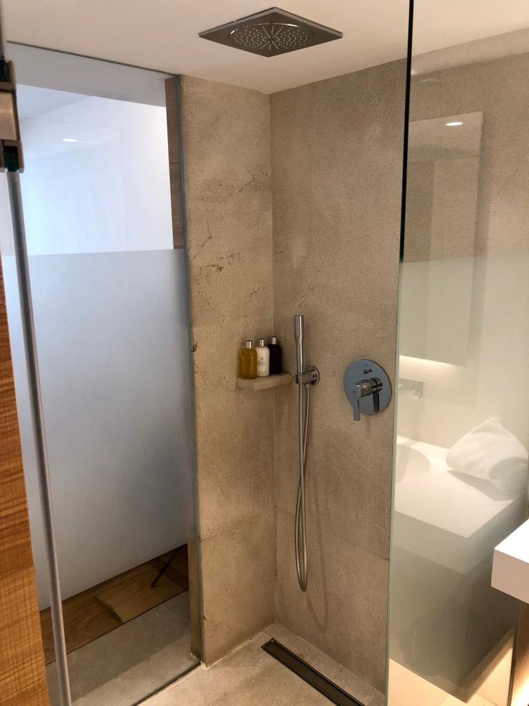 Nakar Hotel superior room rain shower