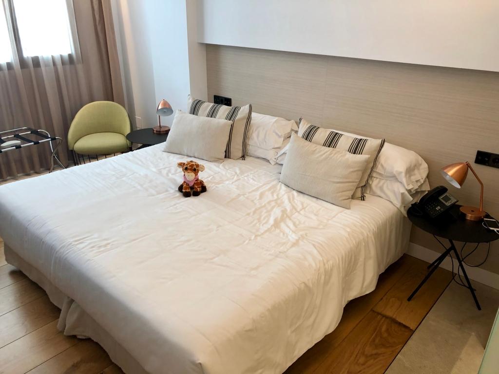 Nakar Hotel superior room king sized bed
