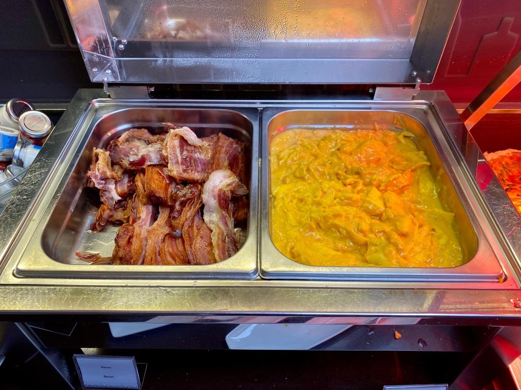 Breakfast buffet - eggs / bacon